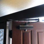 【みやき町 ドアがバタンバタン勢いよく閉まって怖い!】 廃盤ドアクローザーの故障が原因のため、現行のクローザーを加工して取替え!