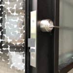【ドアの鍵を自動で閉まるようにしてほしい。 鳥栖市】 扉加工、自動施錠の錠前取付け。